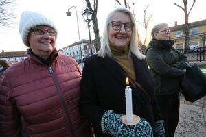 Väninnorna Ingegerd Ekwall och Sonja Broström hade tagit med egna ljus och tände. - Vi vill stå upp för det här med allas lika värde och tänker på klimatet också, säger Sonja Broström.