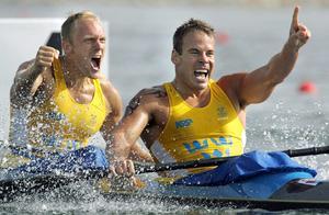 En klassisk bild. Henrik Nilsson och Markus Oscarsson efter OS-guldet i Aten 2004.