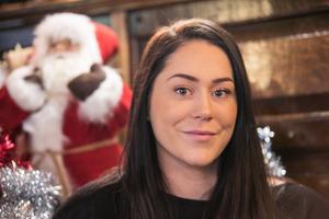 Bland annat på restauranger och kaféer märks det nu att julen närmar sig. Jessica tror att den pub hon basar för är ensam om att låta gästerna delta i julpyntningen.