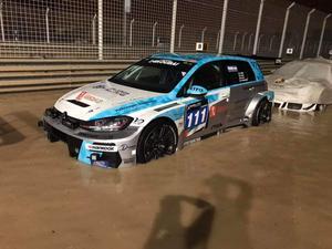 Regnet ställde till stora problem, för en del av teamen nådde vattnet högt upp på tävlingsbilarna.  Foto: Privat