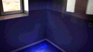 Polisen har lyst med en UV-lampa och hittat blodspår efter den misstänkta misshandeln i trappuppgången. Bild: Polisens förundersökning