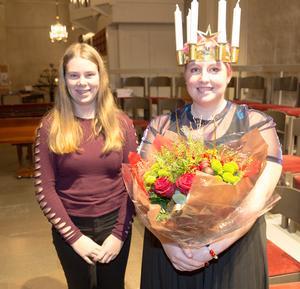 Fjolårets lucia i Arboga, Emilia Norling, tillsammans med årets, Amanda Landén.