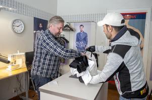 Kunden Nabil Karoubi brukar anlita Emil och är jättenöjd med resultatet med sina skjortor som Emil har kortat av med fyra centimeter.