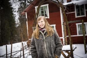 """Alida Johansson har anlagt en köksträdgård i gläntan där hennes gård Lindoffers ligger. Självförsörjande planerar hon dock inte att bli: """"Vi hade svultit ihjäl om vi behövt leva på mina odlingsförsök""""."""