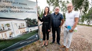 Johanna Odö (S), kommunalråd, har tecknat avtal med Håppfullt boende för de fem iordningställda tomterna vid Noren. Till höger om henne Christer Sammils och Håkan Åman från Håppfullt boende.