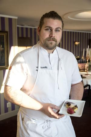 Jacob Johansson är köksmästare på Högfjällshotellet och planerar för fullt den nyårsmiddag som ska serveras till 500 gäster i restaurangen Vinterträdgården.