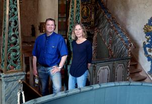 Arkeologen Ola George och Eva Körberg Mårtensson som har städat bort hussvampen.