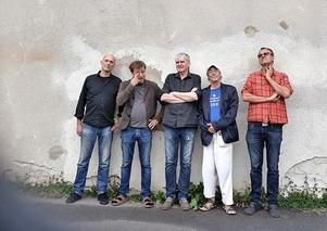 Isotope jazz ensemble. I bandet ingår Torbjörn Helander/blås, Göran Lindén/gitarr, Ulf Lernhammar/klaviatur, Michel Olsson/bas och Holger Schellwat/trummor. Pressfoto: Isotope