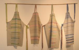 Samtliga föremål som ställs ut har koppling till hemmet eller till kläder.