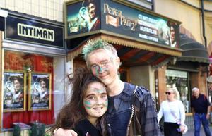 Bella och Alvin Edberg bor i Kullsta, där deras föräldrar driver Roslagsteatern.