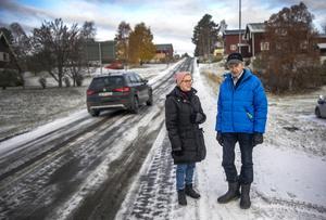 – Det är många äldre i Föllinge som inte skulle klara sig utan ett apotek. De får absolut inte stänga, säger Toini Jauhiainen och Juhani Vierikko.