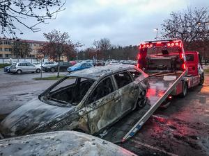 Alla brandhärjade bilar behövde bärgas från parkeringsplatsen.