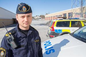 Vid ett tillfälle stoppade polisen en misstänkt svartskola där handledaren hade över 90 registrerade personer som han övningskörde med.