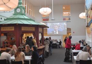 Café Lyan, som vid halv tio-tiden är full av elever. I bakgrunden visas OS på storbildsskärm.