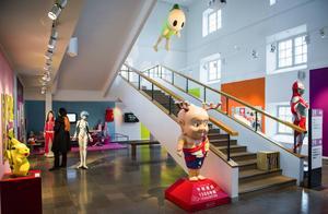 Bildtext 1: Sentokun (längst fram) och de andra japanska figuerna finns att se på Östasiatiska museet fram till den 15 juni.   Foto: Per Larsson/TT