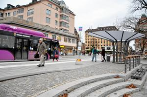 """Ruskig tid. Busskuren som ska ge bättre väderskydd än det designade """"parasollet"""" är fortfarande inte på plats. Först väntar man på bygglov."""