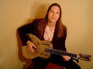 """Matti Norlin växte upp i Hoting och började spela gitarr redan som tio-åring. Sedan 1995 bor han på Söder i Stockholm och har sedan dess hunnit bli både sambo och småbarnspappa. Men han erkänner gärna att det alltid funnits en stark längtan tillbaka till hembygden. """"Man vet aldrig, kanske testar vi att flytta hem i höst"""", säger han."""