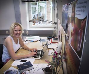 Cilla Eriksson vid sin kontorsplats i Lugnetkyrkan där hon förbereder sin 350-mila cykeltur i USA i höst. Gud finns alltid med Cilla som synes till höger i bild.