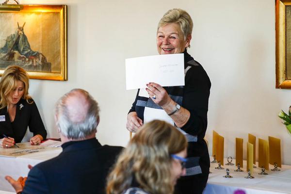 Evelyn gratuleras till vinsten i Göteborg.