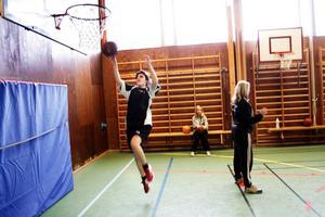 Maria Israelsson, med ryggen mot korgen, är en av tränarna.