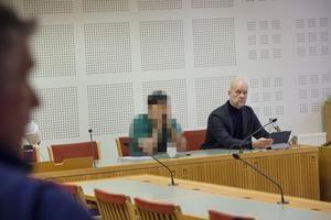 Mannen häktades misstänkt för mord, men är sedan en månad tillbaka frisläppt med misstankarna kvarstående. Här tillsammans med sin advokat Johan Mellgren.