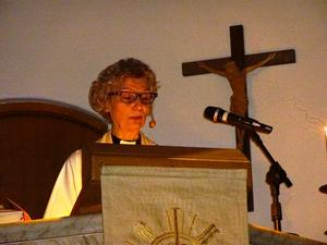 Ulla Britt Sundin läste julevangeliet och höll julpredikan vid julottan.