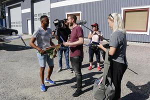 TV-teamet bestående av prisutdelaren Putte Nelsson, fotografen Jesper Olsson, inslagsproducenten Oskar Lööf, ljudteknikern Marie-Louise Nilebrink och inspelningsledaren Linn Johansson gör sig redo att överraska dagens stora vinnare.