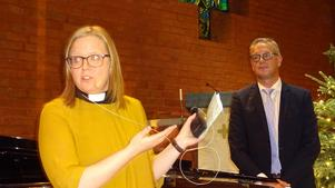 Prästen Marina Gustafsson ville ta hela världen i sin famn då hon framförde sitt tack till Kenneth Nordwall Band. Efteråt kunde hon räkna hem en riklig kollekt från en nöjd publik. Foto: Kjell Larsson