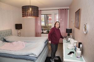 Favoritfärgerna rosa och turkost inramar sovrummet.