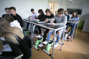 Eleverna i en av Kristinegymnasiets ekonomiklasser har fått möjligheten att under närmare ett år få redskap i sitt klassrum som möjliggör rörelse samtidigt som de har sina lektioner i matematik och engelska.