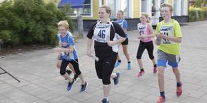 Kristina Persson (Nummer 46 på bilden) och Svegs  Företagar- Och Utvecklingsförening bjuder på godisregn och annan underhållning under Handelns Dag i Sveg.