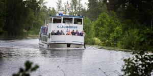 M/S Gustaf Lagerbjelke stävar fram på Hjälmare kanal.