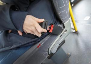En signal, lampa eller liknande som påminner busspassagerare om att sätta fast säkerhetsbältet bör införas, enligt haverikommissionen.