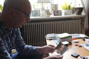 Magnus Kebbon med ett porträtt av hans pappa Bengt.