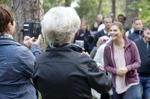 Laila Johansson och Margareta Wahlbäck passade på att få varsin bild av Victoria.