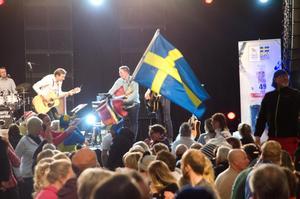 Drygt 1 000 besökare festade i Lugnets sporhall på lördagen under Svenska skidspelen.