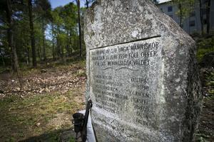 Inristat i minnesstenen, strax nedanför tingsrätten vid Kullen, finns namnen på de sju människor som föll offer för Mattias Flinks kulor 1994.