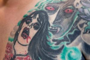 Motiven är ofta blommor och vatten, men Paul har även låtit tatuera in en vampyr på kroppen.