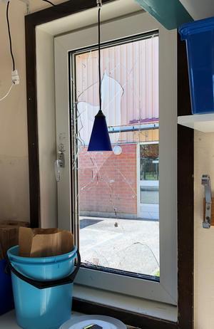 Upprepade gånger har fönster krossas på Hebyskolan.