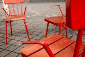 På samtliga torgstolar har träet på armstöden fallit bort, och på flera stolar har stålkonstruktionen på armstöden böjts.