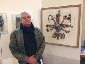 Lars Bolin arrangerar utställningen i Stora kyrkan.  Foto: Freddie Ross