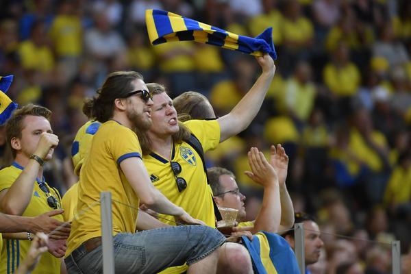 Svenska supportrar på Sveriges träningsmatch mot Danmark. Bild: TT