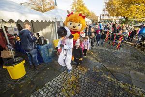 De två maskotarna Snögubben och Bocka ledde dansen som många barn deltog i.