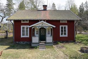 Fritidshus alternativt permanentbostad med enskilt läge och skogen som närmsta granne. Timmerhus från början av 1900-talet. Foto: Linslusen.