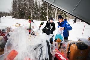 Anna Israelsson och Anna Mårtensson sorterade vinster som skulle delas ut efter andra åket.