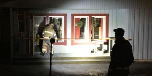 Räddningstjänsten kontrollerade att branden var helt släckt. Fasaden bröts upp och vinden undersöktes.
