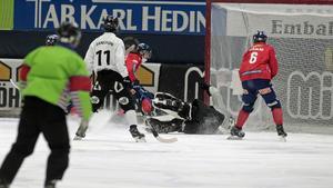 Tuomas Määttä sätter 2–0 bakom Joel Othén.