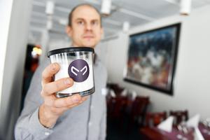 Här visar Nils Österström upp ett ett pulver, baserat på mjölmasken, som består av 88 procent rent proteinmjöl som är smakneutralt.