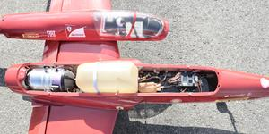 Så här ser en jetmotor ut. Bränslet sprutar in och antänds, och sätter fart på turbinen. Ut kommer värme och en massa luft, och den cirka en meter långa flygmaskinen kan komma upp i 250 kilometer i timmen.