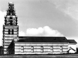1980 var det dags att renovera kyrkan i Alsen.  Socknen har en lång tradition av kyrkobyggnader, den första fanns redan vid 1100-talet. På nuvarande plats har det funnits en kyrka sedan 1840-talet. Den kyrkan brann 1919, och från 1924 har den nuvarande kyrkan funnits. Den är byggd efter ritningar av Gustav Holmdahl, och invigdes 1924. Altaruppsatsen är gjord av den jämtländske skulptören Olof Ahlberg och den flankeras av två träskulpturer utförda av Johan Edler. I koret finns en för Jämtland typisk dopängel. Predikstolen är målad av Gunnar Torhamn. Foto: Torsten Lind
